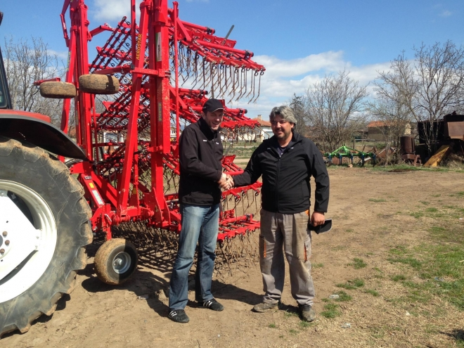 Field test of the first AEROSTAR tined weeder in Bulgaria